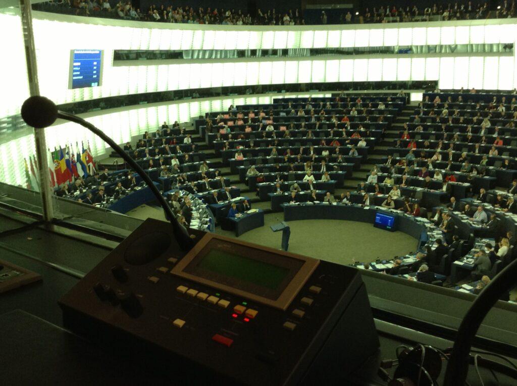 Pogled iz tolmaške kabine v plenarno dvorano Evropskega parlamenta v Strasbourgu.